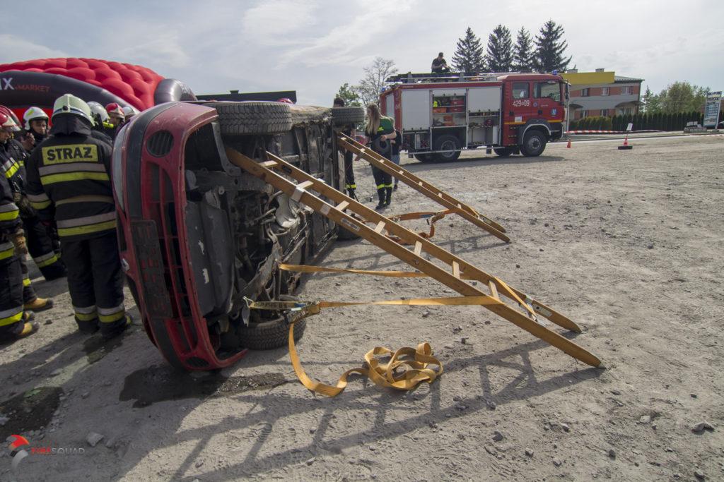 Samochód na boku ustabilizowany z wykorzystaniem pasa i drabin