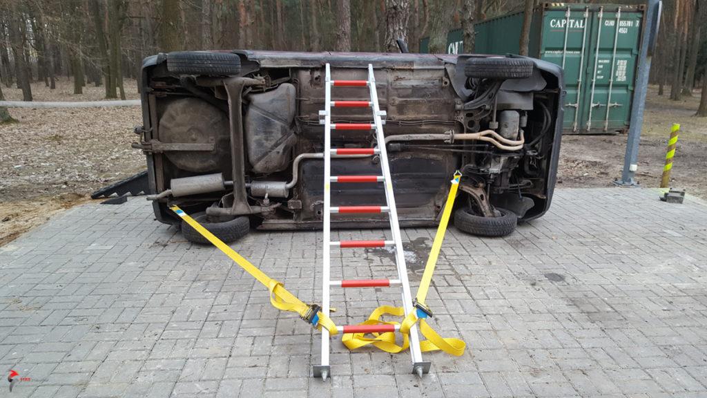 Samochód na boku ustabilizowany z wykorzystaniem pasów i drabiny