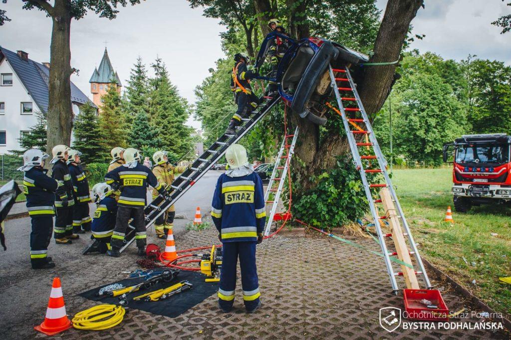 Stabilizacja pojazdu na drzewie z użyciem pasów transportowych i drabin